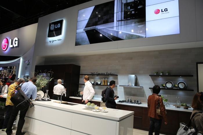 LG 프리미엄 주방가전 부스에서는 관객들이 사진기를 들고 구경하거나 직접 만져보며 구경하고 있다.