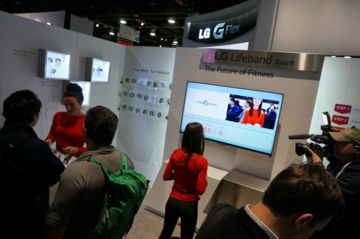 한 여성이 LG의 라이프밴드 터치를 직접 체험해보고 있다.