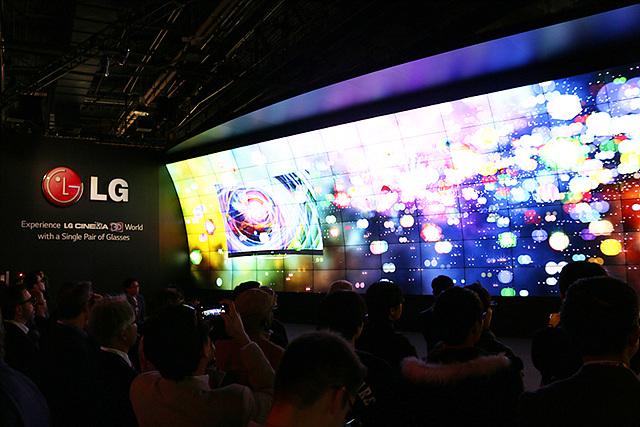 LG전자 부스 디스플레이 모습이다. 좌측에 LG 로고로 LG전자의 부스임을 나타내고, 형형색색의 영상이 플레이되고 있다.
