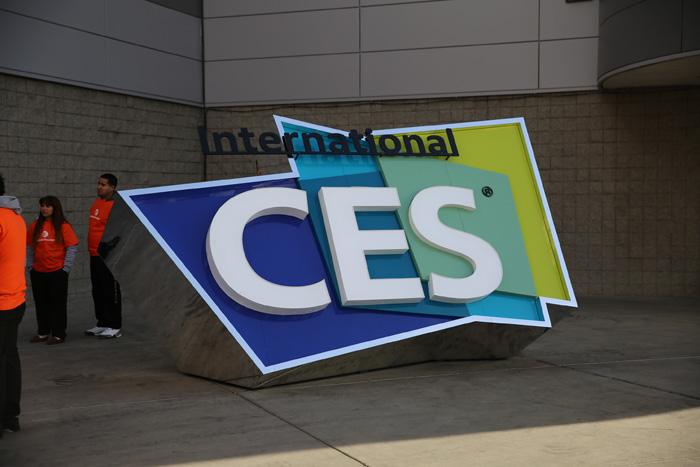 2014년 미국에서 개막한 CES의 현장으로 CES의 로고 판넬이 라스베이거스 컨벤션 센터 앞에 세워져 있다.