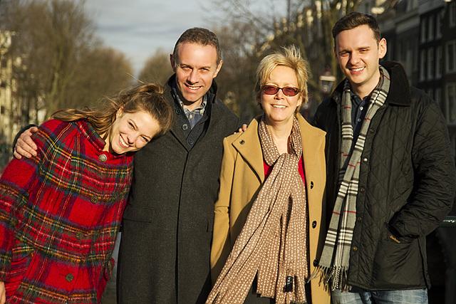 광고를 촬영한 LG Family의 단체 사진에 4명의 배우가 서있다.