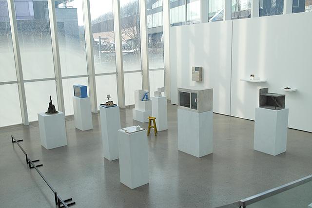 갤러리 화이트 블록의 내부 전시공간, 하얀색 받침 위에 각각 하나씩 작품들이 놓여 있다.