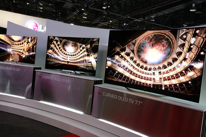 올레드 TV가 55형, 65형, 77형순으로 세워져 있다.