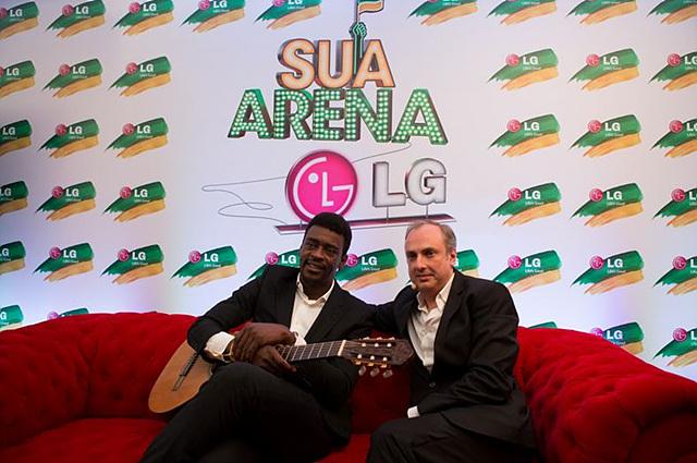 프레스 컨퍼런스에서 브라질을 대표하는 가수 겸 배우 서 요게(Seu Jorge)와 LG전자의 파블로 비달(Pablo Vidal)이 함께 앉아 있다.