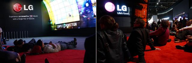 CES를 구경온 관객들이 눕거나 앉아서 편하게 감상하고 있는 모습이다.