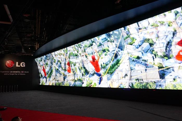 센트럴 홀 전시장 한 쪽 벽면에 보이는 LG전자의 3D 월의 모습이다.