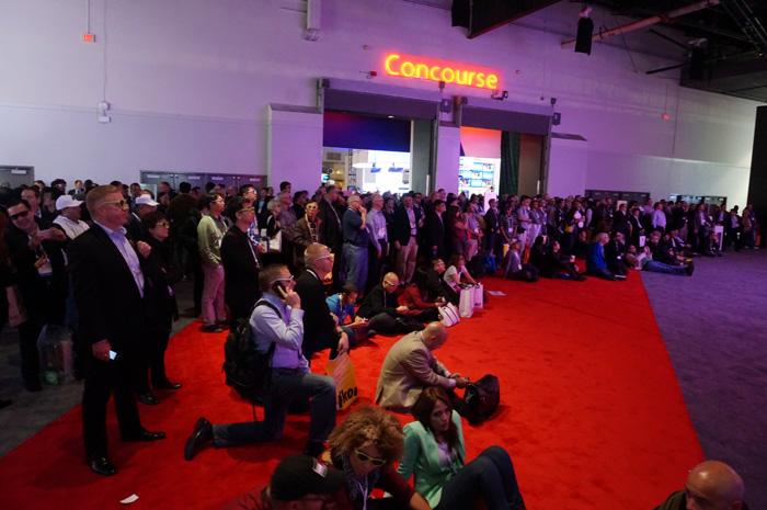 CES 취재진들이 전시장 한 쪽에 자리를 잡고 3D 월을 유심히 살펴보고 있다.