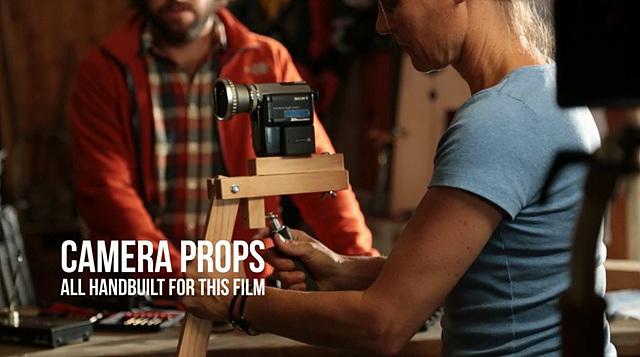수작업으로 제작된 카메라 받침대로 촬영을 하고 있다.