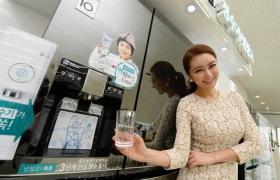 서울시 마포구 동교동 소재 LG 베스트샵 동교점 매장에서 모델이 LG 디오스 정수기 냉장고를 소개하고 있다.