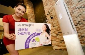 서울 여의도 LG트윈타워에서 여성모델이 올해 휘센 에어컨 신제품인 '크라운 프리미엄' 모델을 소개하고 있다. 이 제품은 에어컨 바람을 통해 천연 아로마향을 전달하는'내추럴 아로마' 기능을 업계 최초로 적용했다.