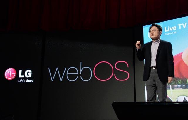 LG전자 CTO 안승권 사장이 차세대 운영 체제인 '웹OS'를 적용한 'LG 스마트 TV' 를 소개하는 모습