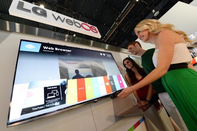 LG전자가 7일(현지시간)부터 미국 라스베이거스에서 열리는 '2014 CES' 에서 새로운 플랫폼인 웹OS를 탑재한 스마트 TV를 전시했다. 모델이 쉽고 편리한 웹OS의 스마트 TV를 체험하고 있다.