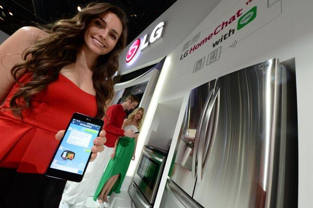 LG전자가 7일(현지시간)부터 미국 라스베이거스에서 열리는 'CES 2014' 전시회에서 스마트폰을 통해 가전제품과 친구처럼 일상언어로 대화할 수 있는 사용자 친화적인 서비스인 홈챗을 시연하고 있다.