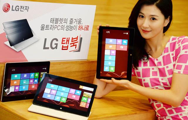 모델이 '14년형 탭북(모델명: 11T740)' 제품을 들고 포즈를 취하고 있다.