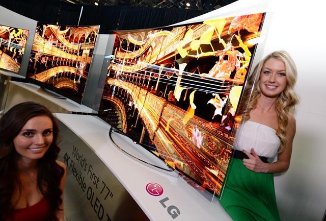 '2014 CES' 현장에서 LG전자 가변형 TV앞에서 모델이 포즈를 취하고 있다.