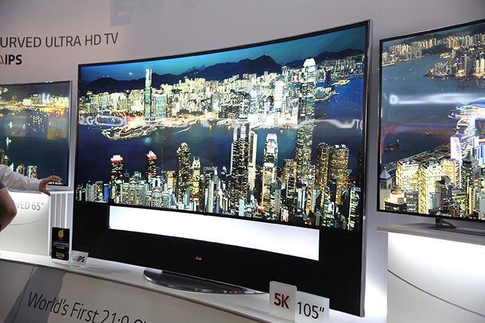 105인치 21:9 곡면 울트라 HD TV로 극장을 연상케 하는 넓은 화면을 가지고 있다.