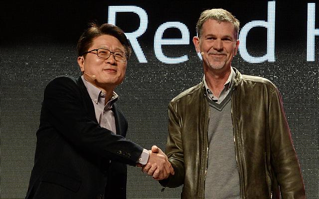 LG전자 안승권 사장과 '넷플릭스(Netflix)'의 CEO 리드 헤이스팅스(Reed Hastings)가 악수 하는 모습