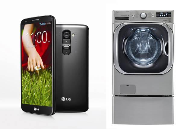 왼쪽은 LG G2의 앞면과 뒷면의 모습이고 오른쪽은 트롬세탁기의 외관이다.