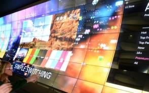 전시장 입구에 설치된 3D wall에 눈길을 빼앗긴 관람객의 모습이 보인다.