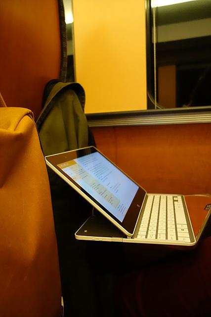 좁은 선반 위에 LG 탭북이 열려있다.