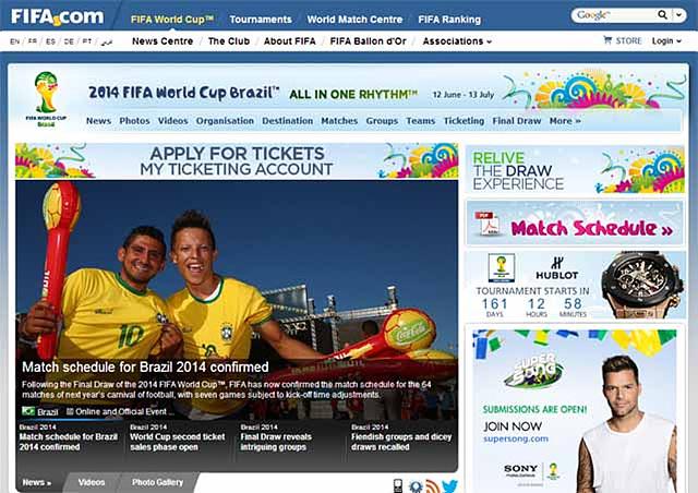 2014 피파 월드컵 브라질 공식 홈페이지의 메인 페이지 모습이다. 브라질의 상징인 노란색 티를 입은 남자 둘이 환호하고 있는 모습이다