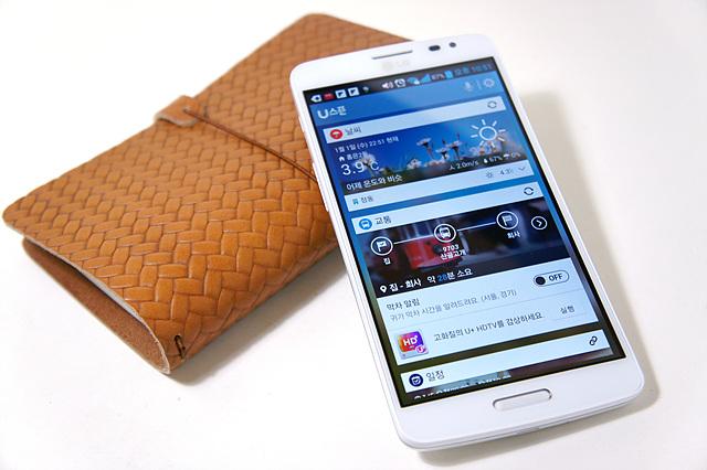 GX의 유스푼 앱이 켜져 있고 브라운 가죽 케이스가 GX를 밑에서 받쳐주고 있다.