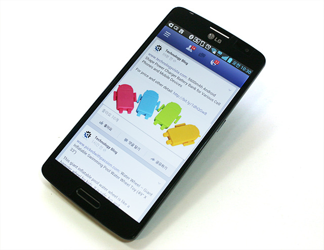 LG G2로 페이스북을 켜놓은 모습이다.