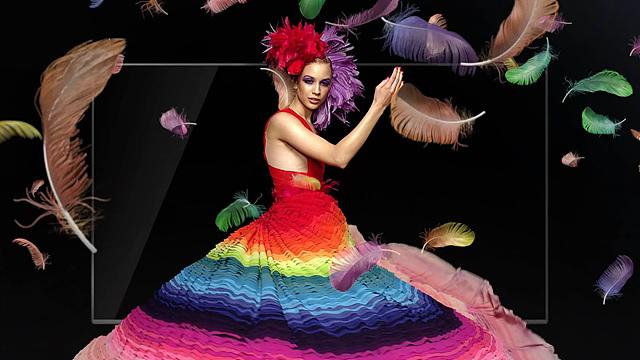 울트라 HDTV에 나오는 모델의 모습으로 무지개 색상의 드레스를 입고 있으며 주위에는 형형색색의 깃털이 날리고 있는 모습이다.