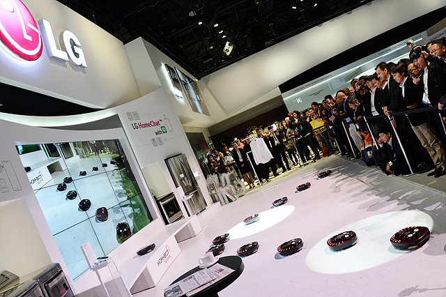 LG전자의 로봇청소기 로보킹의 군무를 보기 위한 관람객들로 무대가 둘러쌓여 있다.