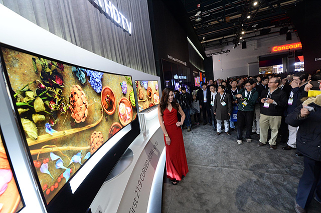 LG전자가 세계최초로 공개한 77형 가변형 올레드 TV앞에 모인 관람객들