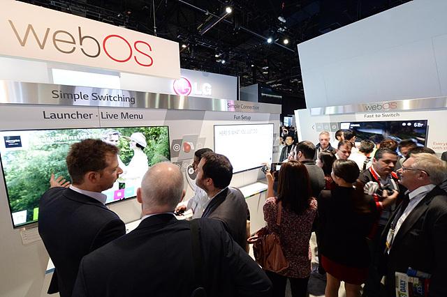 LG전자 웹OS 스마트 TV전시 부스에서 설명을 듣고 있는 관람객들