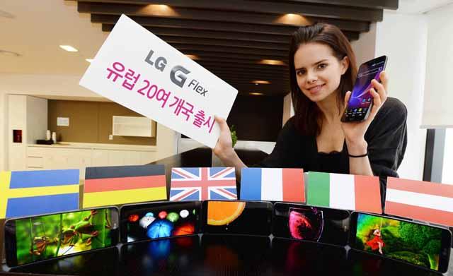모델이 'LG G플렉스 유럽 20여개국 출시' 폼보드를 들고있다.
