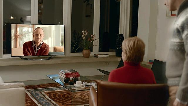 광고 내용 중 남자 배우의 영상 편지를 보고 있는 가족들의 모습이 보인다.