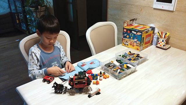 강조선 선임연구원의 아들이 식탁 위에서 레고에 열중하고 있는 모습이다.