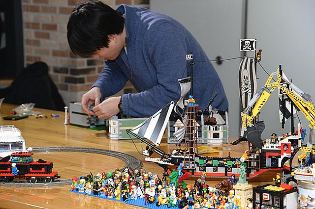 강조선 선임연구원이 열심히 레고를 만들고 있는 모습이다.