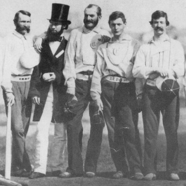 모직으로 만든 최초의 야구팀 니코보커 클럽의 유니폼은 면보다 불편한 모직을 소재로 선택했으며 운동하기에 불편해 보인다. 이는 기능성보다 사회적 계급을 표시하는 데 더 적합한 디자인이다.
