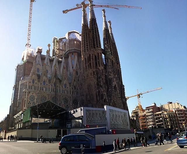 G프로2로 촬영한 바르셀로나 거리 전경에 사그라다파밀리아 성당이 보인다
