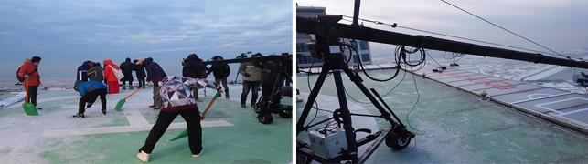 스태프들이 다같이 옥상 위의 얼어버린 얼음을 치우며 촬영을 준비하고 있다.
