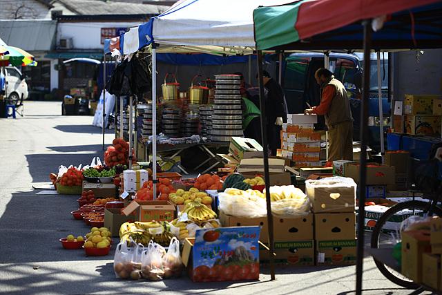 양평의 시장 풍경으로 갖가지 과일이 놓여 있다.