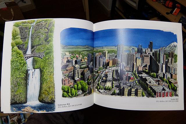 전시회 책자 안에 전시된 작품 이미지가 삽입된 모습이 보인다