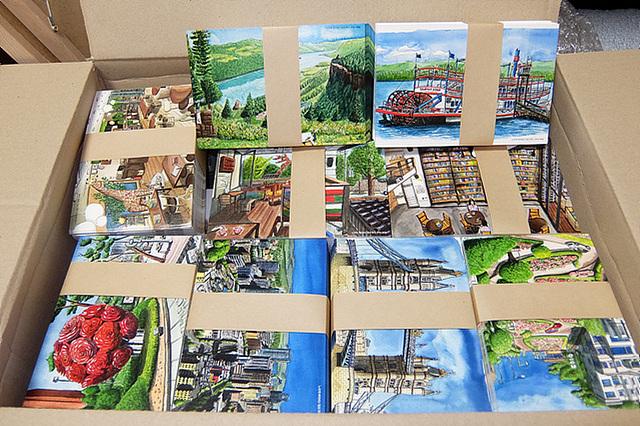 전시된 작품을 이미지로 삽입한 10여 종의 엽서가 박스에 가득히 담겨있다