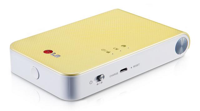 2014년 포켓포토 노랑색이 놓여있다. 옆에서 찍은 모습으로 버튼과 상태 표시 램프가 보인다.