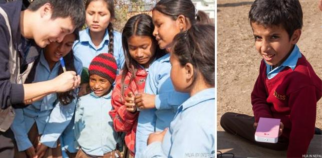 왼쪽 사진에선 하늘색 티셔츠를 입은 네팔 학생들이 봉사단원 주변에 모여 있고 봉사단원은 포켓포토로 뽑은 사진에 메세지를 적어주고 있다. 오른쪽 사진에선 네팔 남학색이 포켓포토를 들고 카메라 렌즈를 응시하고 있다.
