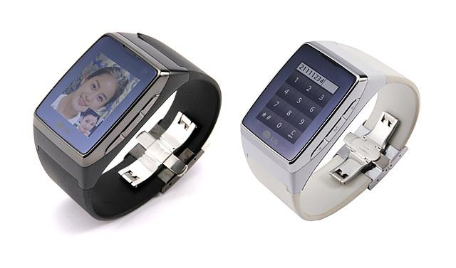 와치폰 제품으로 블랙과 화이트 색상의 모델이 나란히 세어져있고 화면에는 영상통화하는 모습과 다이얼이 눌려있는 모습이 보인다.