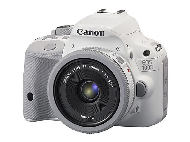 화이트 색상의 캐논 카메라가 있다.