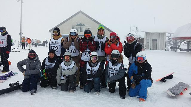 WSF 활동을 하는 사람들이 모여 헬멧과 고글을 쓰고 찍은 사진이다.