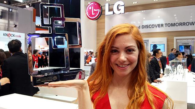 모델이 LG전자에게 수여된 '가장 혁신적인 제조사' 트로피를 들고 있다.