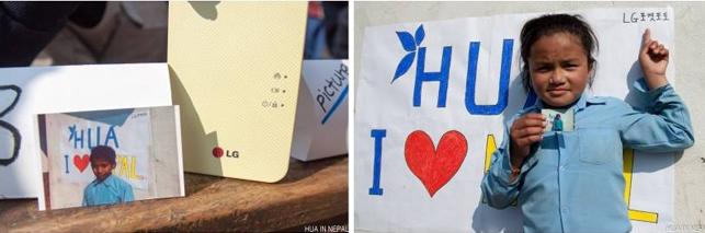 왼쪽사진은 테이블 위에 노란색 포켓포토와 그 앞에 포켓포토로 뽑은 네팔 학생의 사진이 놓여 있는 모습이고, 오른쪽은 네팔 학생이 포켓포토로 뽑은 사진을 들고 벽에 기대어 있는 사진이다.