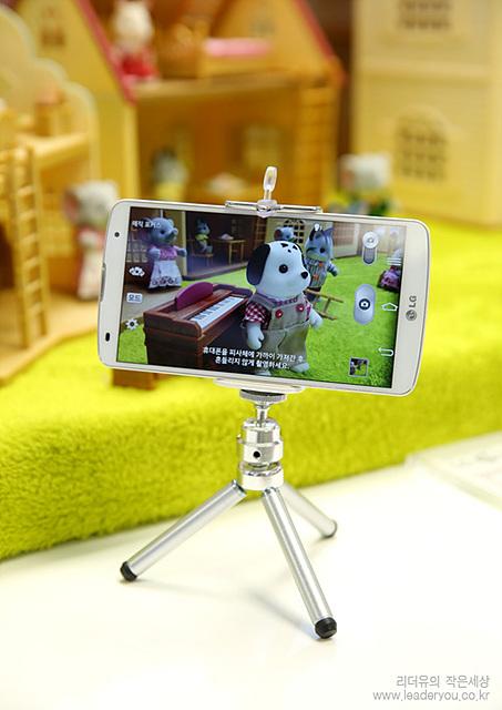 5.9인치 대화면의 G프로2로 선명한 화질을 보여주고 있다. 거치대에 G프로2가 올려져 있고, 앞의 풍경을 핸드폰을 통해 생생하게 표현해 내고 있다.