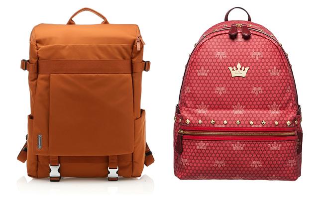 좌측에는 오렌지 컬러의 네모 모양 백팩이 있고, 우측에는 핑크 컬러의 동그란 모양의 백팩이 있다.